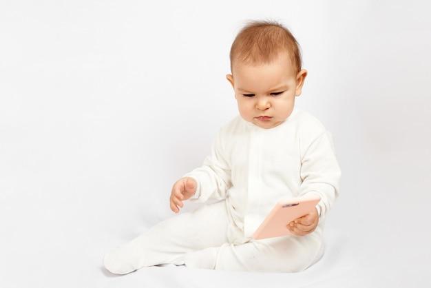 Bebê segurando um telefone móvel isolado na geração de fundo branco z