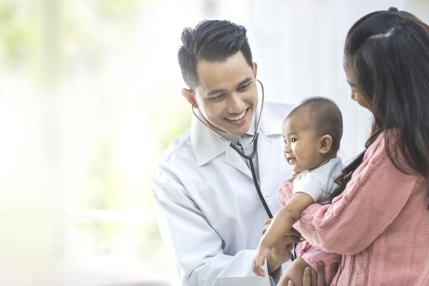 Bebê sendo verificado por um médico