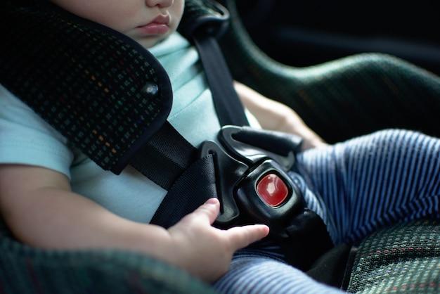 Bebê senta-se no banco do carro