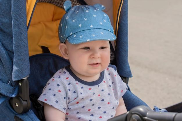 Bebê sentado em um carrinho