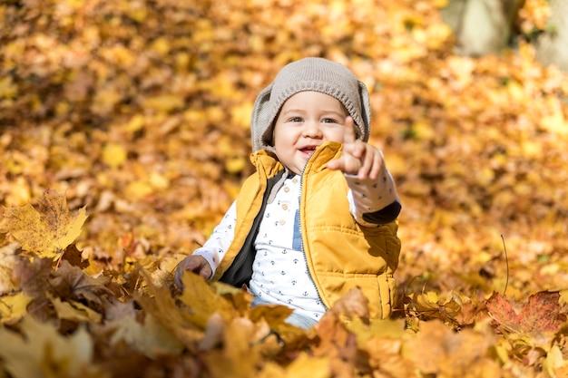 Bebê sorridente apontando para alguém