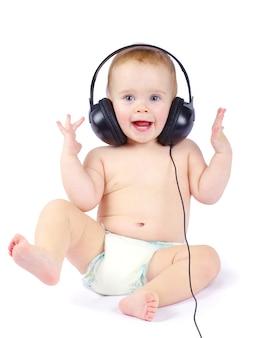 Bebê sorridente com fone de ouvido sobre fundo branco
