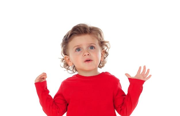Bebê surpreso com as mãos levantadas