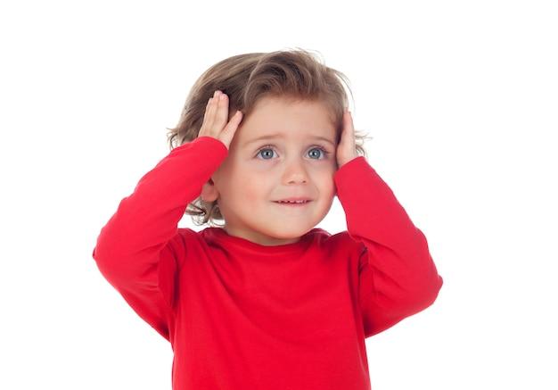 Bebê surpreso com as mãos na cabeça