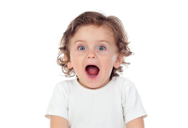 Bebê surpreso com olhos azuis