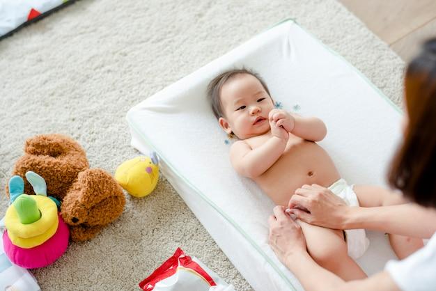 Bebê, tendo, mudança, fralda