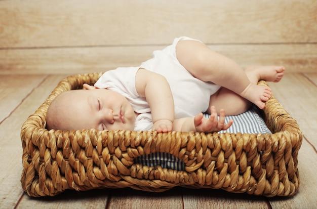 Bebê tranquilo, deitado em uma cama