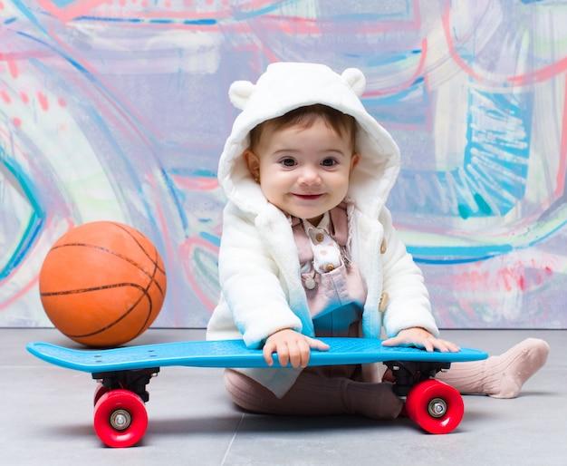 Bebê urbano do olhar com skate