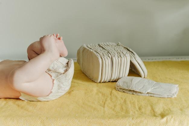 Bebê usando fralda reutilizável branca