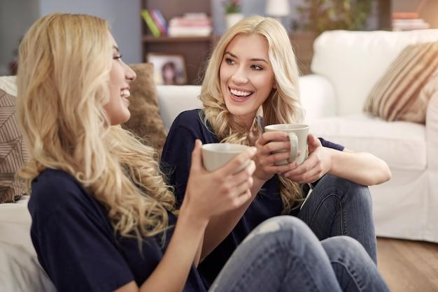 Bebendo café fresco com a irmã