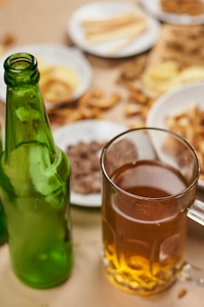 Bebendo cerveja. mesa cheia de petiscos de cerveja