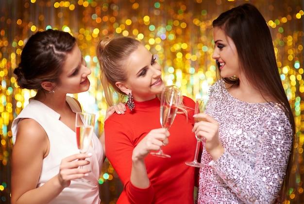 Bebendo champanhe na véspera de ano novo