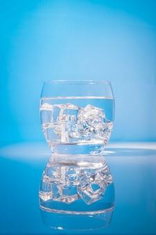 Beber água com gelo