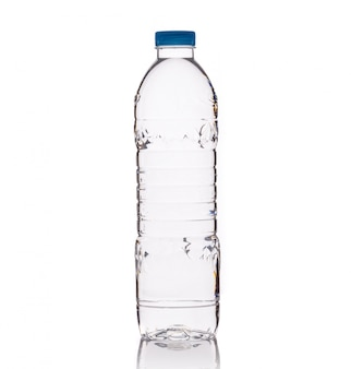 Beber água em garrafa de plástico transparente.
