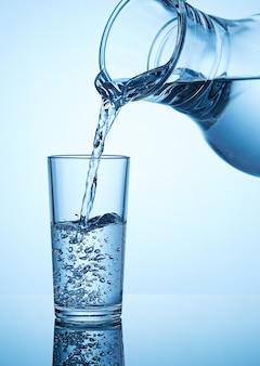 Beber água.
