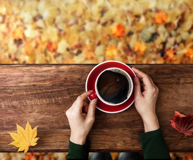 Beber café no outono e outono