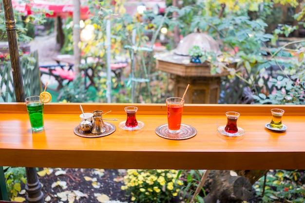 Beber café tradicional no jardim