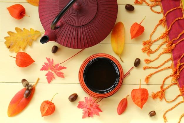 Beber chá de outono. bule de borgonha em estilo asiático