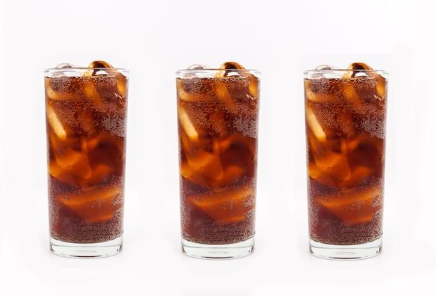 Beber coca-cola com gelo em vidro no fundo branco