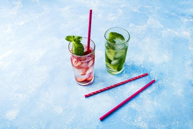 Beber com morango, limão e hortelã, coquetéis de mojito com limonada de verão