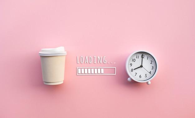 Beber e se refrescar em conceitos matinais com xícara de café e relógio de pulso