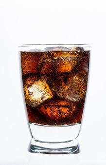 Beber frio, refrigerante com gelo, copo de coca-cola para bebida quente e verão isolado na parede branca