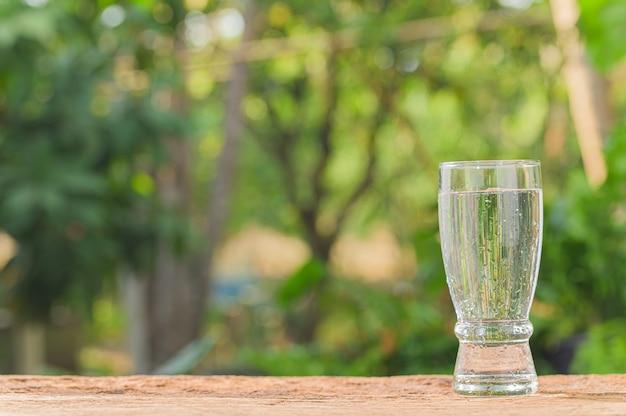Beber um copo de água para a saúde