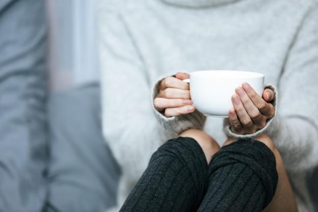 Bebericando chá de ervas em um dia frio