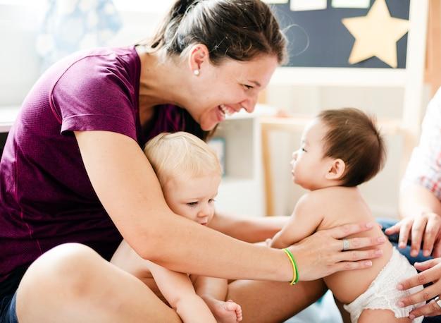 Bebês bonitos com seus pais