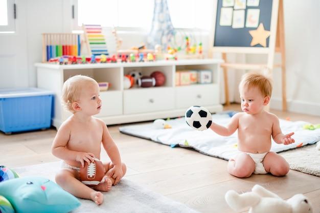 Bebês em fraldas brincando juntos