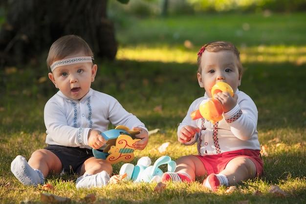 Bebês, menos de um ano de idade, brincando com brinquedos