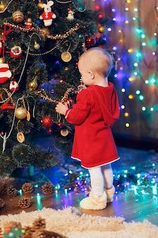 Bebezinha decorando a árvore de natal