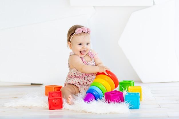 Bebezinha feliz brincando com brinquedos