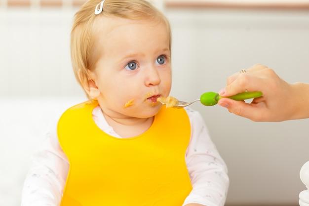 Bebezinho alimentando com uma colher