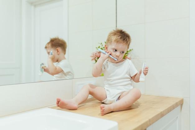 Bebezinho aprende a escovar os dentes no banheiro