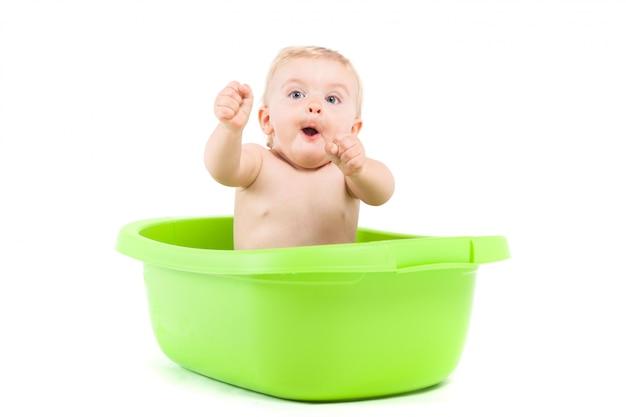 Bebezinho bonito tomar banho na banheira verde