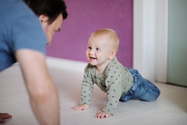 Bebezinho brincando com seu pai em casa