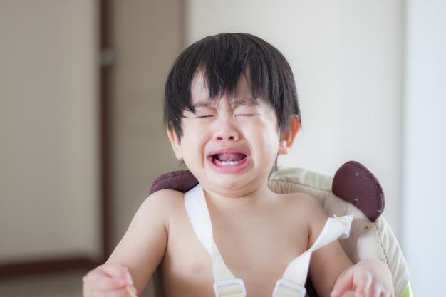 Bebezinho chorando e gritando durante comer