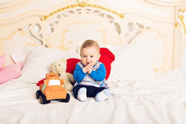 Bebezinho com um brinquedo em casa