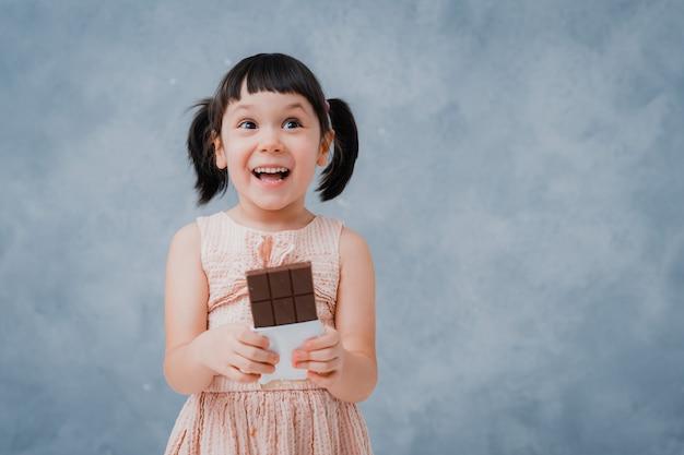 Bebezinho come chocolate e lambe o dedo