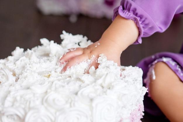 Bebezinho comemorando seu primeiro aniversário com uma festa incrível