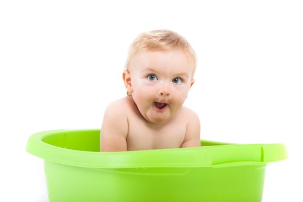 Bebezinho lindo bebê tomar banho na banheira verde