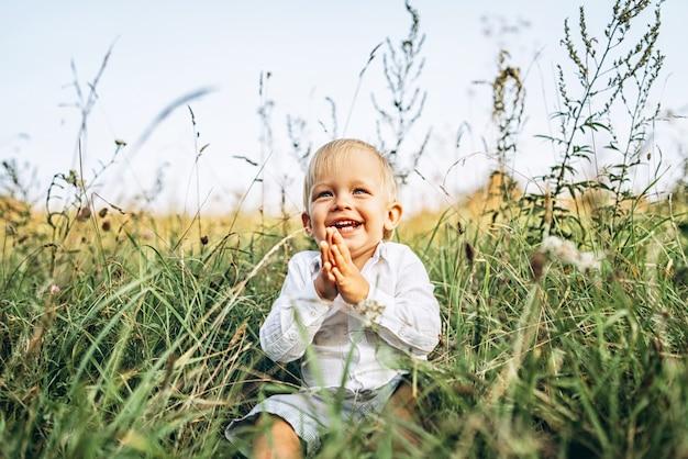 Bebezinho muito se divertir ao ar livre