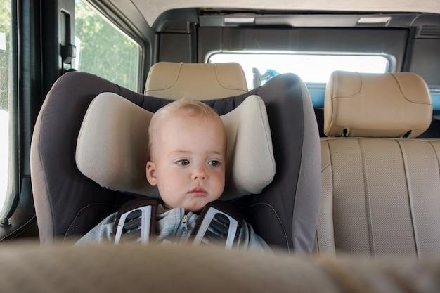Bebezinho na cadeira de reforço
