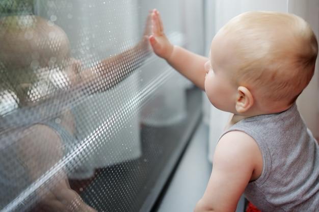 Bebezinho, olhando para a janela