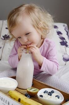 Bebezinho tomando café da manhã saudável em casa