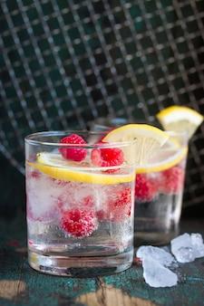 Bebida alcoólica com framboesas