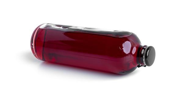 Bebida alcoólica de cereja em uma garrafa isolada no branco.