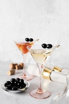 Bebida alcoólica forte com azeitonas e frutas
