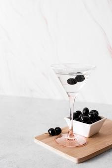 Bebida alcoólica forte com azeitonas